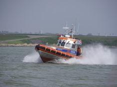Reddingboot Watersport vaart uit voor actie. KNRM Enkhuizen