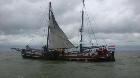 Charterschip met gebrokenmast op het IJsselmeer. KNRM Enkhuizen