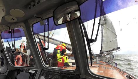 Opstappers worden overgezet op charterschip. KNRM Enkhuizen