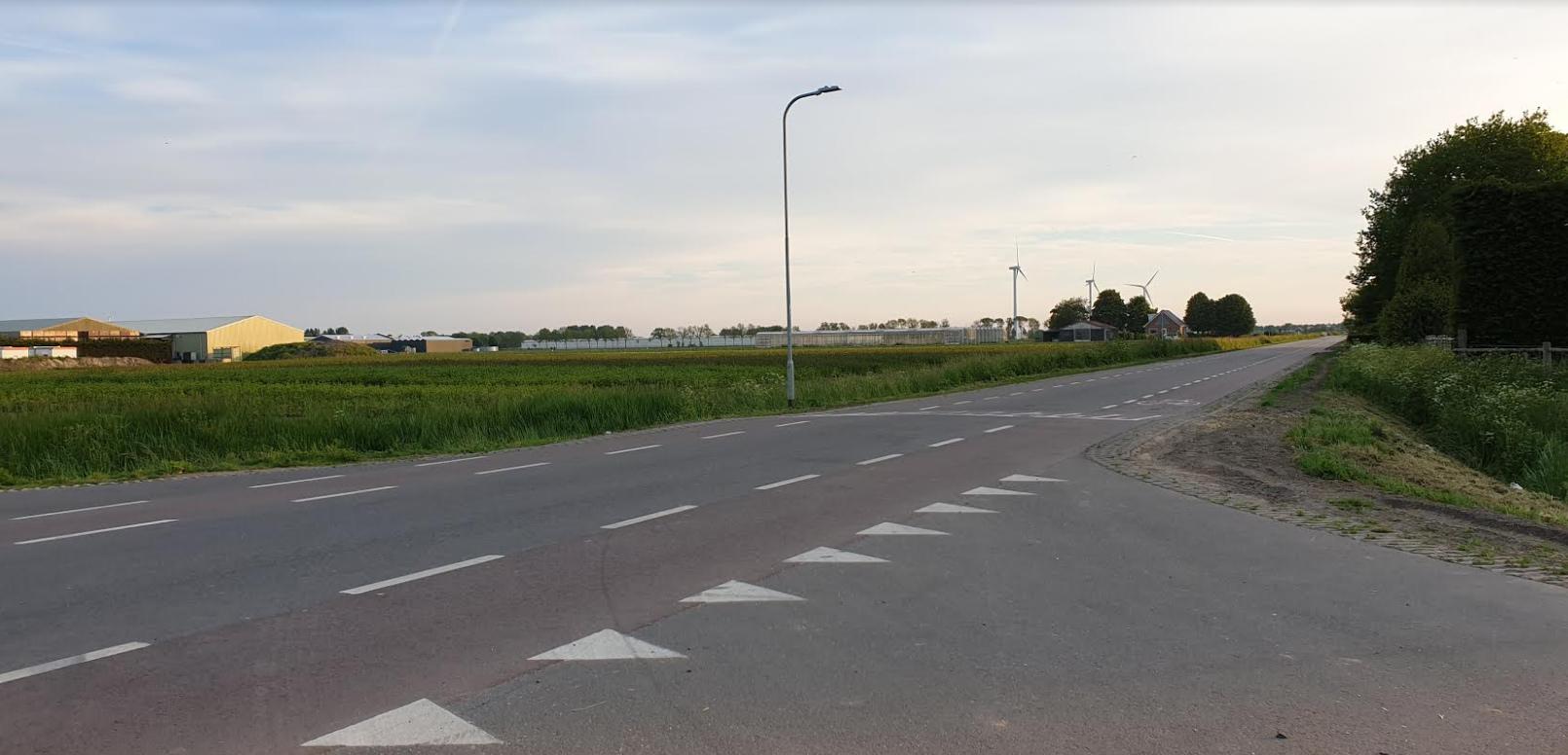 Burgemeester en Dorpsraad Andijk samen in gesprek met Hoogheemraad inzake verkeersveiligheid polderwegen | Kruispunt Ged. Laanweg (voorrangsweg) - Gerrit de Vriesweg Wordt hier het zicht op de weg geblokkeerd door hoog gras of een hoge haag?