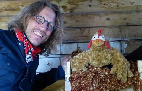 Kindertheater bij IVN West-Friesland | Kip legt een ei, maar hoe komt het kuikentje er uit? Terwijl de boer werkt in het schuurtje, bedenkt kip allerlei manieren. Gaat het lukken?