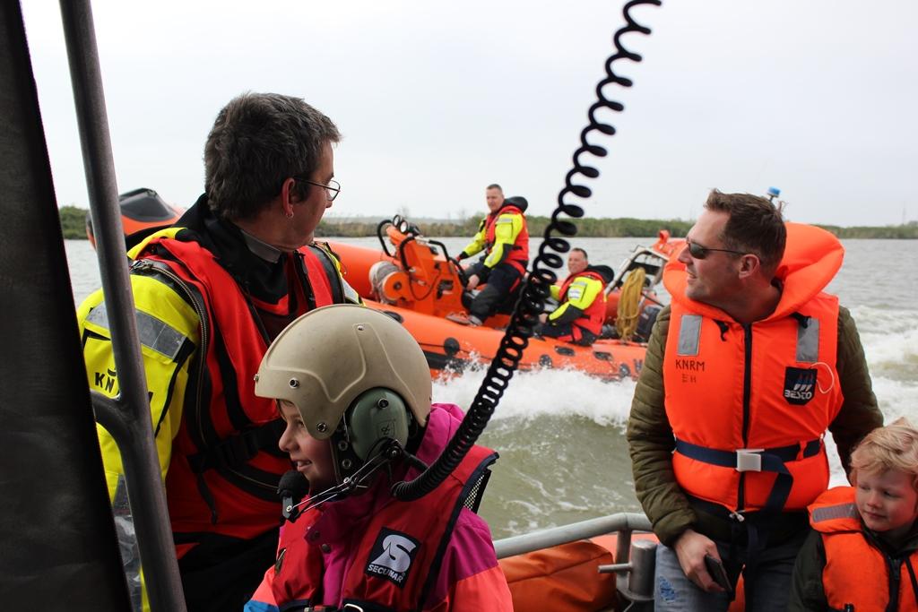 Op zaterdag 11 mei houdt de Koninklijke Nederlandse Redding Maatschappij (KNRM) haar landelijke open dag op de reddingstations. Reddingbootdag is dé dag om actief kennis te maken met het reddingswerk op het water, de professionele vrijwilligers en het materieel van de KNRM. Beleef het mee in Enkhuizen.