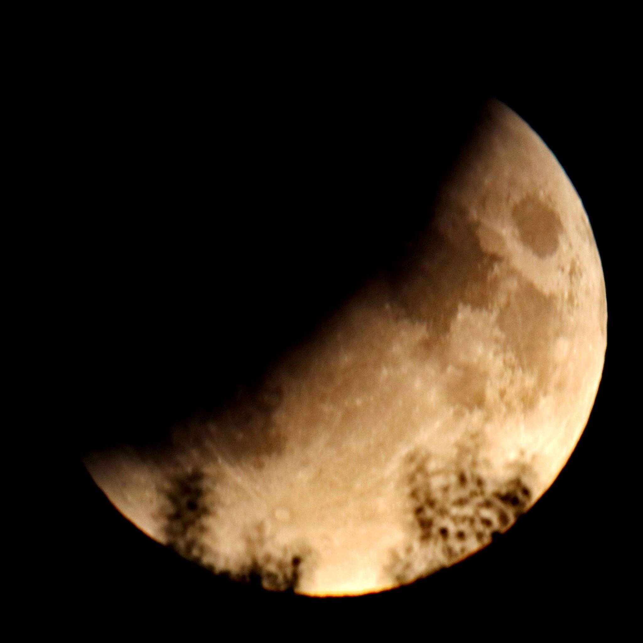 Gedeeltelijke maansverduistering vanuit de Volkssterrenwacht gefotografeerd - De gedeeltelijke maansverduistering vanuit de Volkssterrenwacht Orion in het Streekbos gefotografeerd. Foto © Theo Mulder
