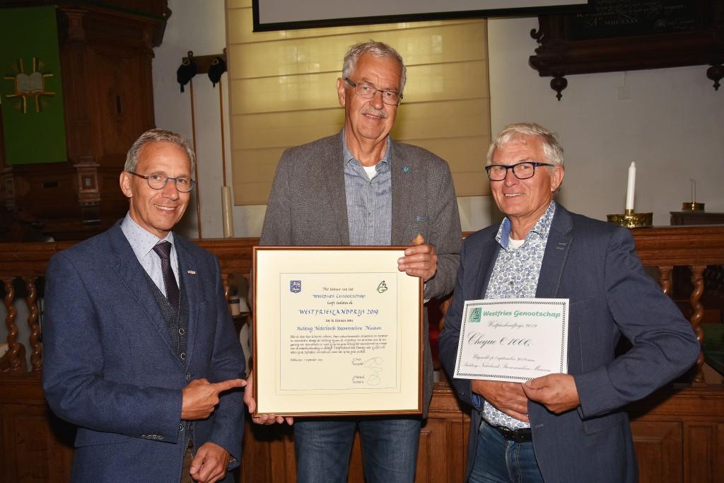 voorzitter van de Stichting Nederlands Stoommachinemuseum Johan Bommerson, penningmeester Cees Kruijer (die ook de bijbehorende cheque van €1000 in ontvangst mocht nemen) en directeur Harry de Bles.