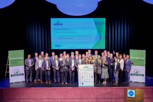 Marcel Rosendaal (directeur Vastgoed) en Mark Bernard (milieucoördinator) ondertekenden op donderdag 10 oktober 2019 namens Omring de Green Deal Zorg 2.0.