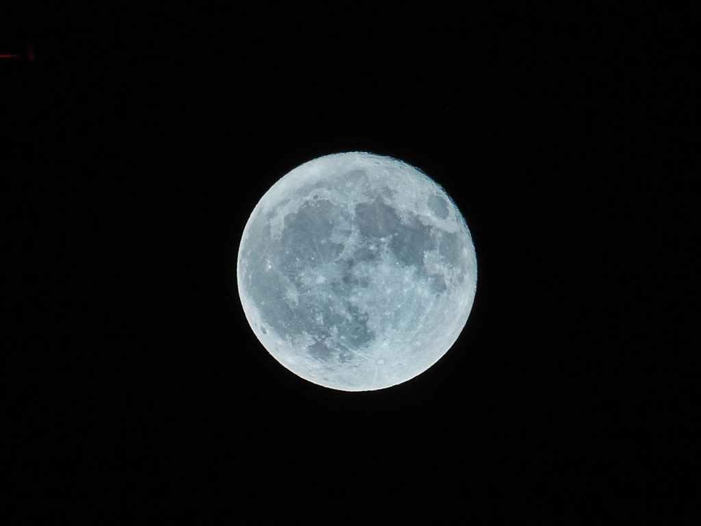 Gluren naar de maan bij Orion