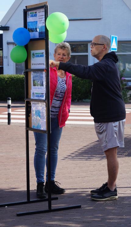 Annemarie Kooiman met een Behoud-Het-IJsselmeer-stand bij Winkelcentrum Beldershof in Andijk #BehoudHetIJsselmeer