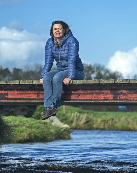Bernice Notenboom zitten op een brug