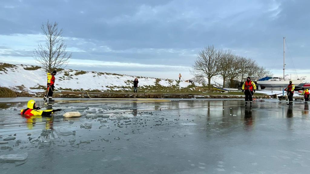 KNRM Andijk bevond zich nog net op tijd op glad ijs