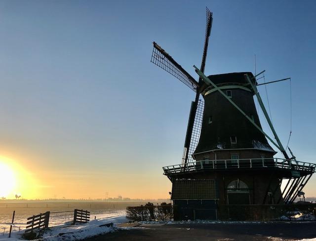 Chantal Swart stuurde deze mooie foto in van de zonsopgang gezien vanuit Wervershoof, met op de voorgrond molen 'De Hoop' aan de Zijdwerk. Met dank aan Chantal!