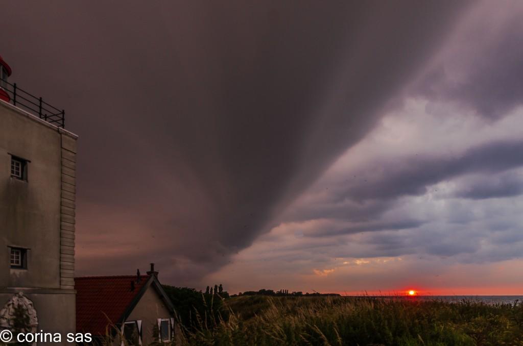 Onweersbuien boven Andijk Foto © Corina Sas