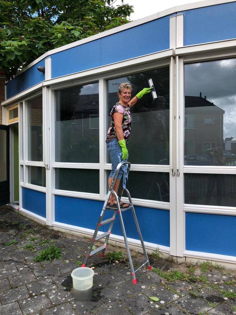 Op maandag 2 augustus startte de 'Huiskamer van Andijk' aan de Sportlaan 1A, vlakbij het winkelcentrum Beldershof. De eerste bezoekers kwamen op de geurende aroma van de koffie af en werden verwelkomd door de gastvrouwen Ria Bieshaar, Anke van den Doel en Elly Slagter. Voor deze gelegenheid (en die daarop volgen) werd de vlag uitgestoken aan de gevel van het gebouwtje dat ooit onderdak bood aan peuters.