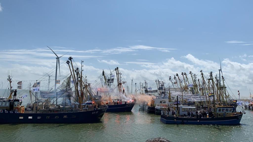 Hart voor Medemblik aan boord van de EK 49 tijdens demonstratie vissers op het IJsselmeer