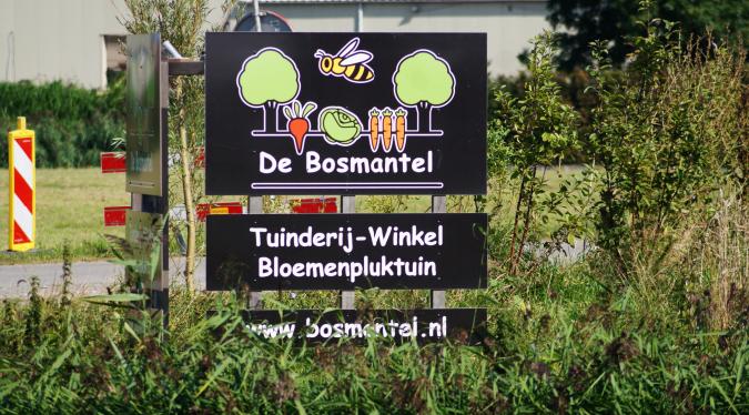 Bord van De Bosmantel te zien vanaf de Dijkgraaf Grootweg weer open... Andijk - foto ...... © G, van Keulen
